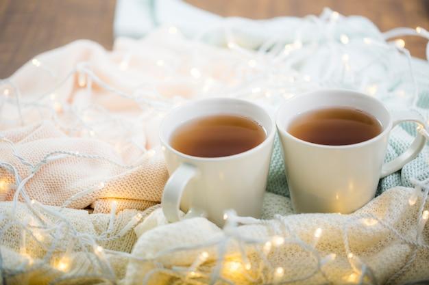 Teetassen auf tuch