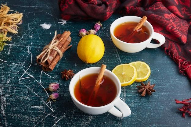 Teetassen mit kräutern und gewürzen.