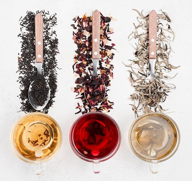 Teetassen mit natürlichen kräutern