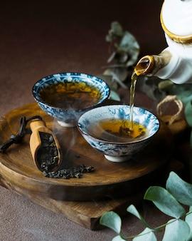 Teetassen sortiment auf holzbrett