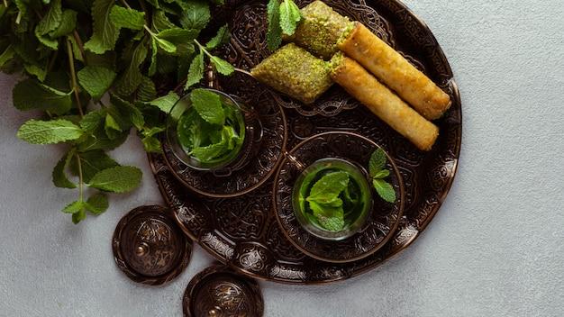 Teetassen und essensanordnung draufsicht Kostenlose Fotos