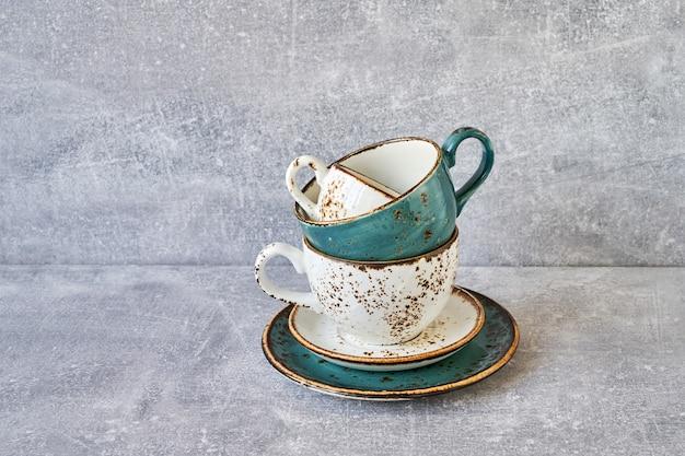 Teetassenstapel auf grauem hintergrund. speicherplatz kopieren