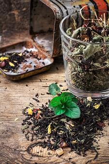 Teeteeblätter zerstreuten auf dem tisch im landhausstil.