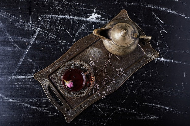 Teeteller mit glas und wasserkocher