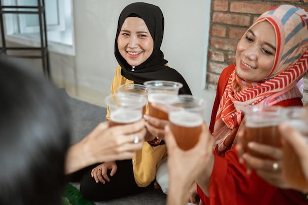 Teezeit mit freund während des mittagessens