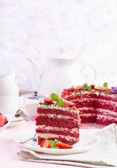 Teezeit mit rotem samtkuchen und erdbeeren