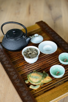 Teezeremonieprozess eingestellt für teezeremonie auf einem teebrett mit weißem chinesischem tee.