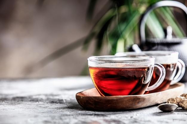 Teezusammensetzung nahe dem alten fenster, raum für text.