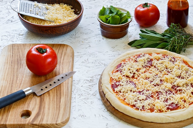 Teig. der prozess der herstellung von pizza. zutaten für pizza