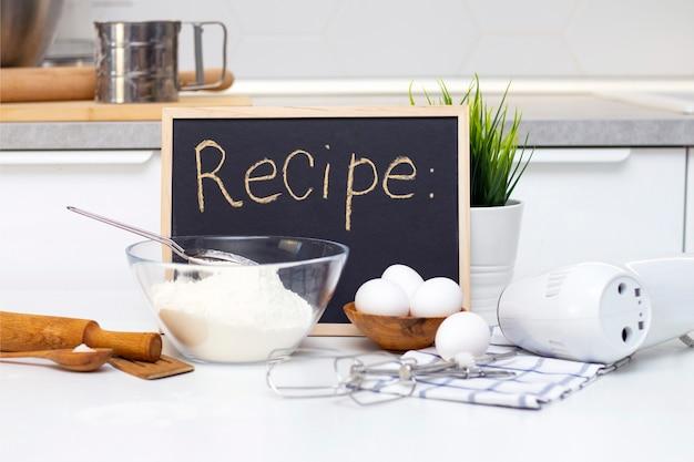 Teig für brot oder hausgemachte backwaren herstellen. zutaten auf dem tisch. rezepttafel