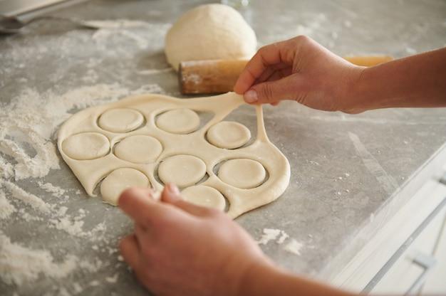 Teig für knödel und ravioli auf dem mehligen küchentisch