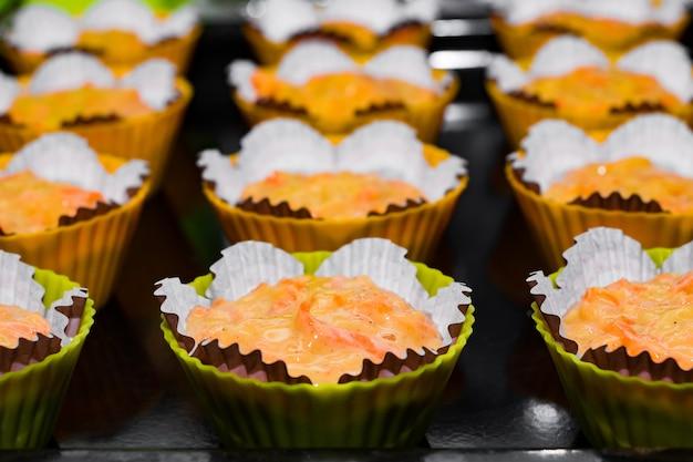 Teig für muffins in papierformen der prozess der herstellung von hausgemachten rosinenkuchen s