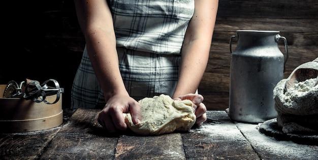 Teig hintergrund. zubereitung des teigs mit den zutaten. auf dem holztisch.