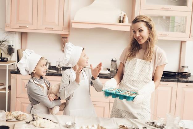 Teig in kuchenform familie backt glückliche kinder.