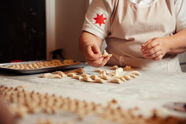 Teig khinkali in der küche machen