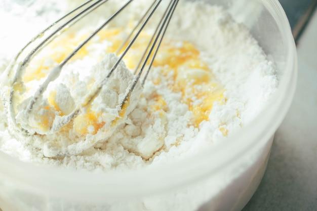Teig und ei in der küche verquirlen.
