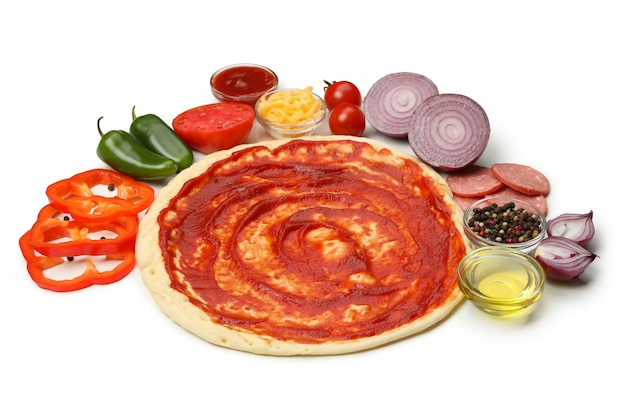 Teig und zutaten zum kochen von pizza isoliert auf weiß