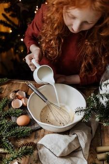 Teigvorbereitungsprozess auf einem holztisch unter küchenutensilien.