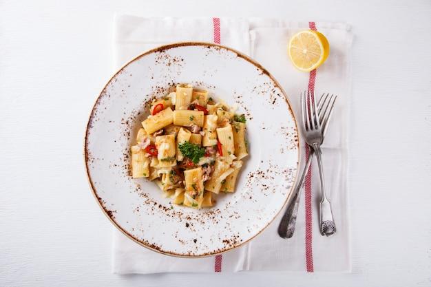 Teigwaren mit thunfisch, chili und petersilie. draufsicht