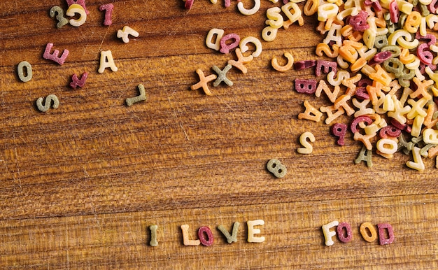 Teigwarenbuchstaben mit i-liebeslebensmittelzitat