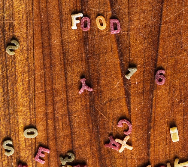 Teigwarenbuchstaben mit lebensmittelwort