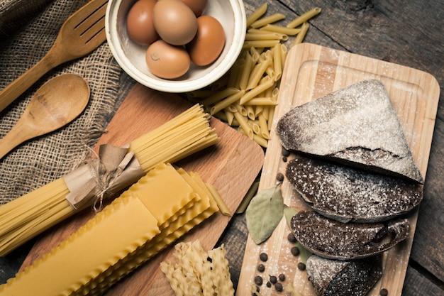 Teigwarenspaghettis mit ei auf altem hölzernem
