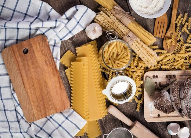 Teigwarenspaghettis mit mehl, ei auf altem hölzernem