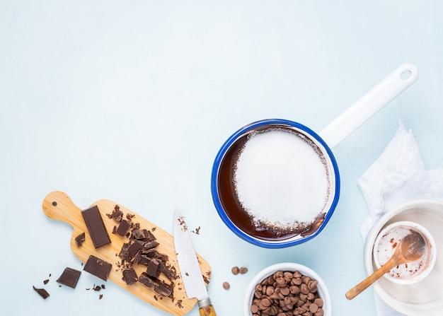 Teigzubereitungsrezeptkuchen, schokoladenkuchen, muffins, kuchen ingridients, flache lage des lebensmittels