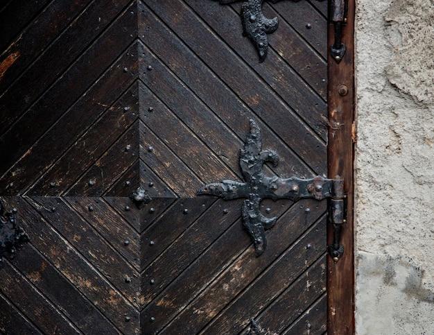 Teil der alten mittelalterlichen tür in der europäischen burg