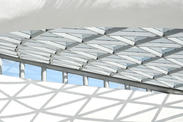 Teil der architektonischen struktur, bestehend aus einer metallstruktur in form von rauten.
