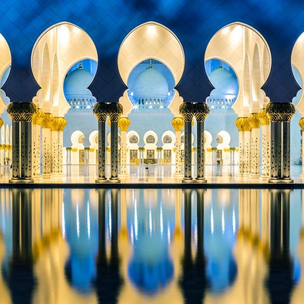 Teil der berühmten moschee abu dhabi bei nacht