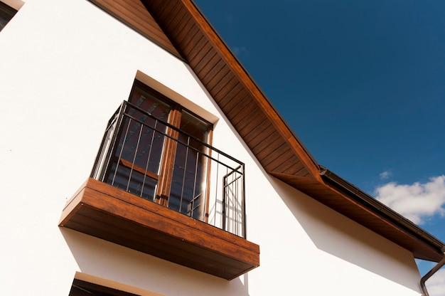 Teil der dekorativen dekoration an der fassade des neuen häuschens mit fenstern