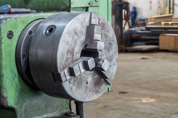 Teil der drehbankschleifmaschine in der fabrik