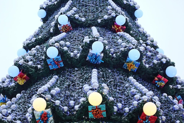 Teil der großen weihnachtsbaum-nahaufnahme im freien