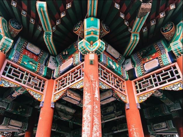 Teil der verzierung eines traditionellen chinesischen gebäudes