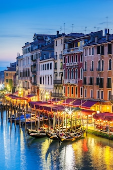 Teil des berühmten canal grande bei sonnenuntergang, venedig