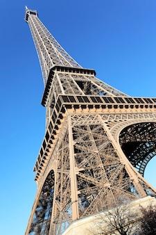 Teil des berühmten eiffelturms in paris