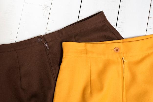 Teil des braunen und orangefarbenen minirocks