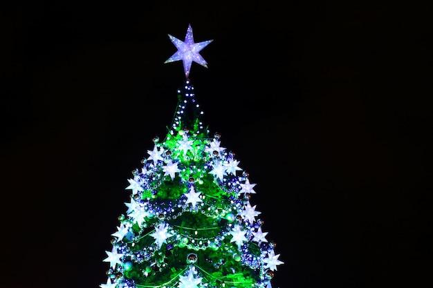 Teil des großen weihnachtsbaums im freien