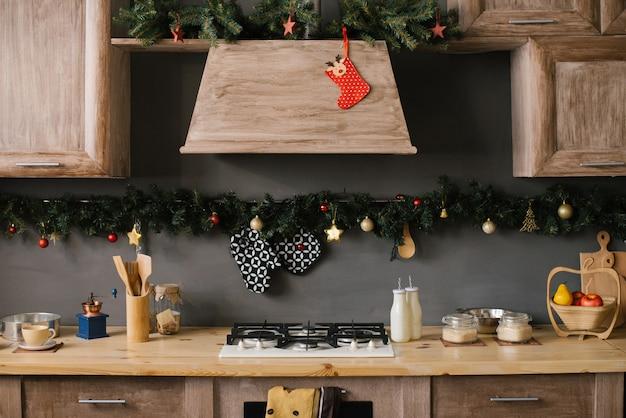 Teil des küchensets, dekoriert für weihnachten und neujahr