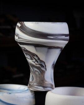 Teil des modernen designs der wasserpfeife auf einem hintergrund