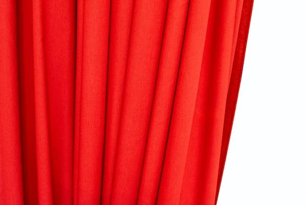 Teil des roten vorhangs lokalisiert auf weißem hintergrund