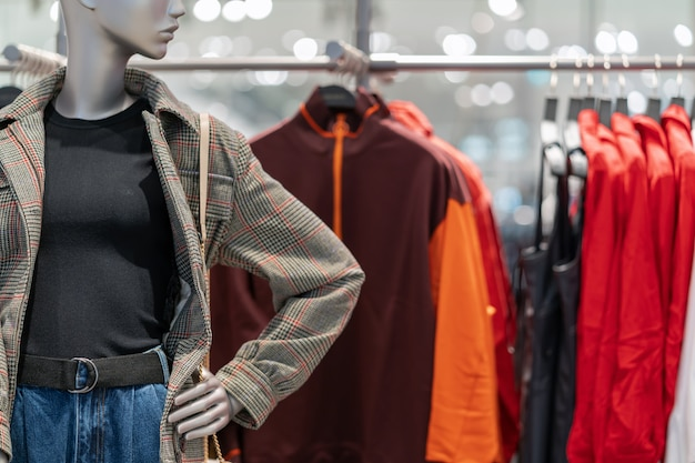 Teil des weiblichen mannequins kleidete in der zufälligen kleidung im einkaufskaufhaus für den einkauf an