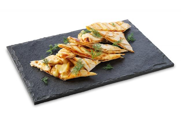 Teil dünnes pita angefüllt mit dem geschmolzenen käse lokalisiert auf weiß