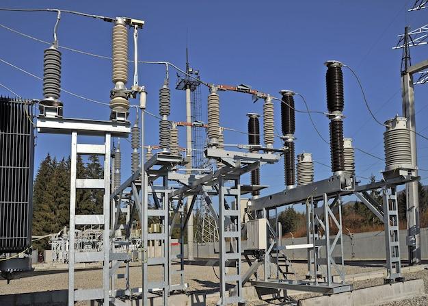 Teil einer hochspannungsstation mit schaltern und trennschaltern. hochspannungswandler in einem kraftwerk