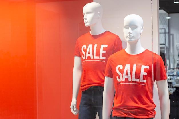 Teil einer männlichen schaufensterpuppe in freizeitkleidung mit dem textverkauf in einem einkaufskaufhaus für einkaufs-, mode- und werbekonzepte. platz für text