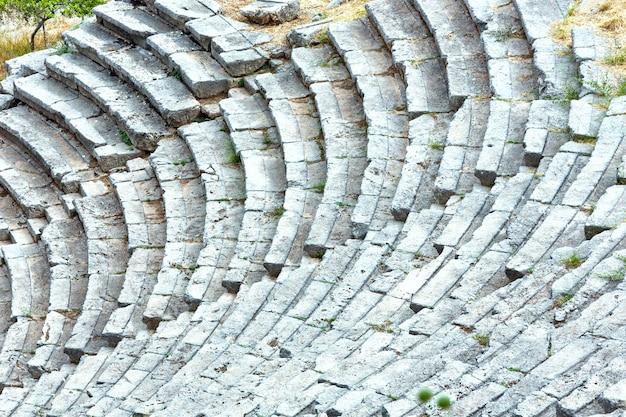 Teil eines antiken amphitheaters griechenland