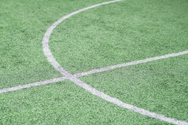 Teil eines leeren grünen fußballfeldes mit weißen linien, auf denen normalerweise sporttrainings und -spiele stattfinden