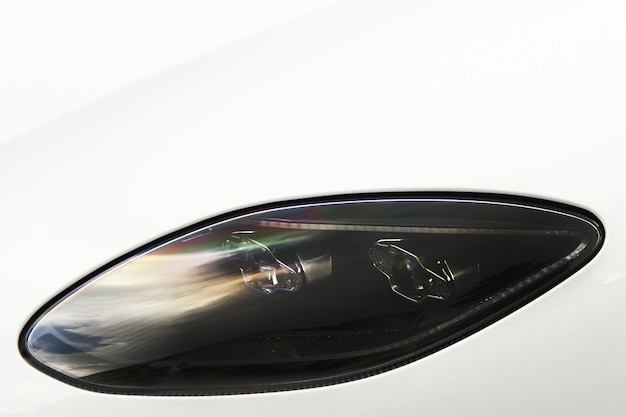 Teil eines weißen autos. autoscheinwerfer. luxus-scheinwerfer