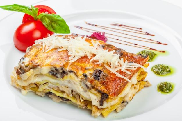 Teil geschmackvolle lasagne, getrennt auf weiß